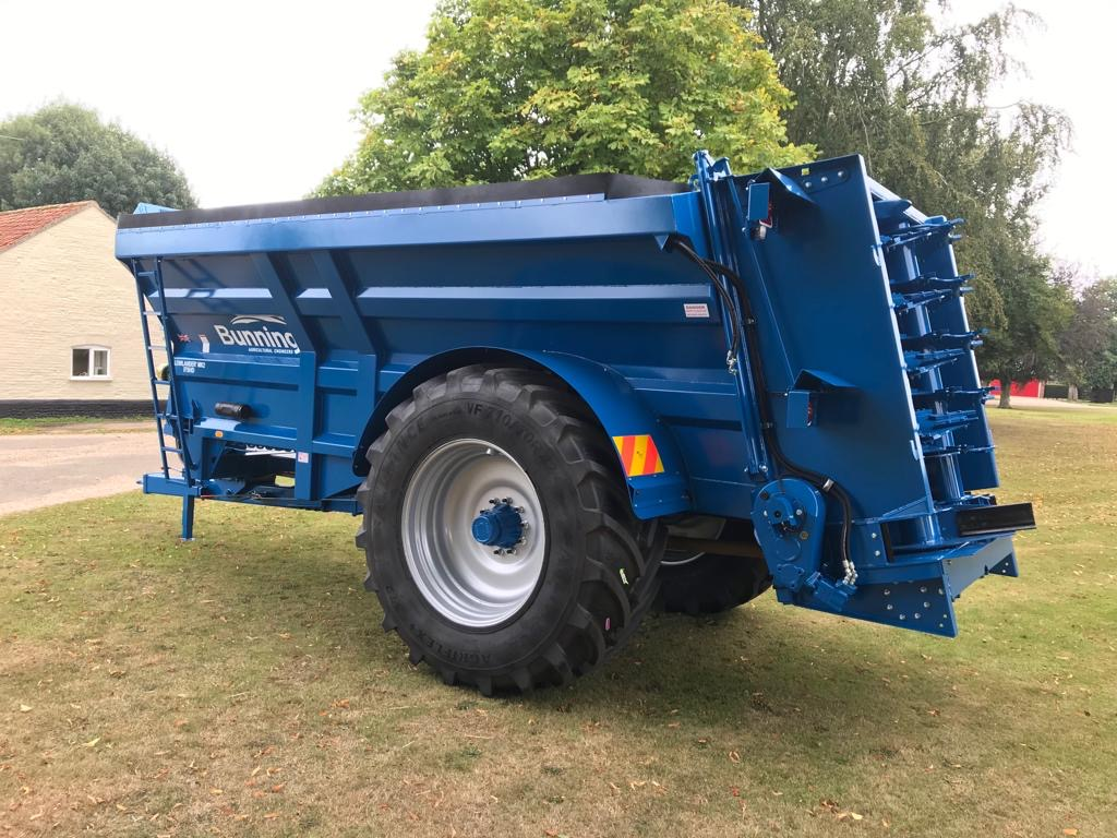 Lowlander 175 HD Mk2 with large diameter bottom blades, slurry door and indicator, ISOCAN weigh system, overload beacon, air brakes, mudguards and lights, extra road lights, rear flashing beacons, 18 tonne sprung drawbar and 710/70 R42 wheels