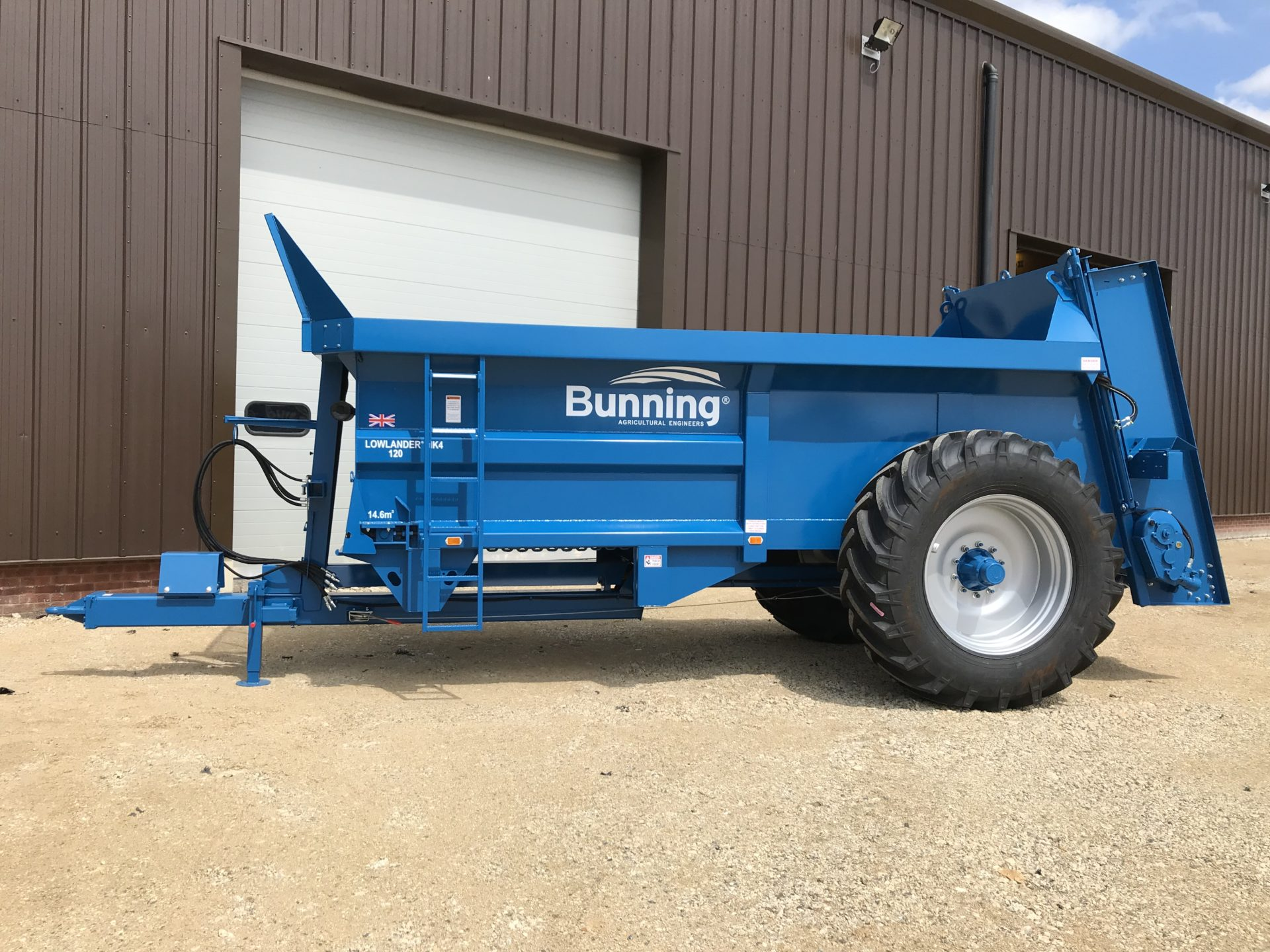Lowlander 120 Mk4 with slurry door, narrow body pressings and 580/70 R38 wheels