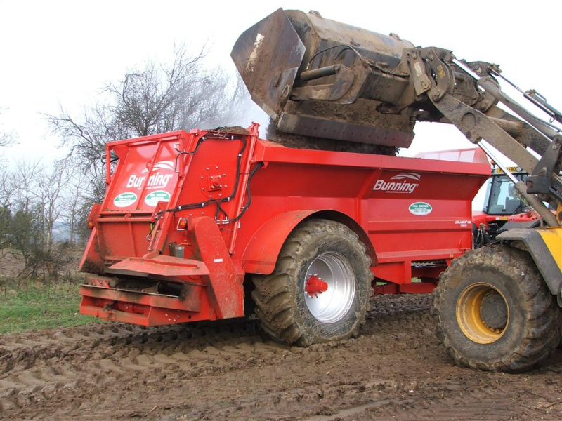 Lowlander 150 HD HBD Mk2 with slurry door, slurry door indicator, built in flared extensions, hydraulic opening canopy, hydraulic boarder deflector, ISOCAN weigh system, sprung drawbar, painted red, mudguard and 710/70 R38 wheels