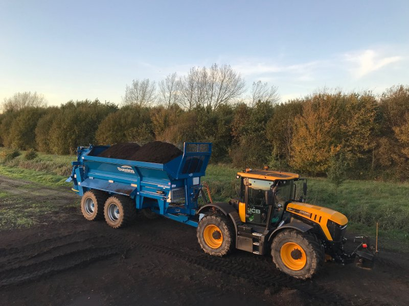 Lowlander 230 HBD Widebody (UK) with slurry door, slurry door indicator, hydraulic opening canopy, hydraulic boarder deflector, ISOCAN weigh system, sprung drawbar, 32 tonne sprung suspension + rear steering axle, air brakes, toolbox, stone guard extension, rear flashing beacons, mudguards + lights and 710/50 R 30.5 wheels